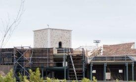 Квадратная башня и черепичная крыша