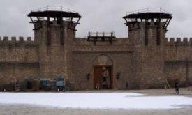Перед воротами рассыпан искусственный снег