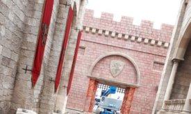 На другом конце съемочной площадки — ворота Красного замка с гербом Ланнистеров; покраска еще не завершена