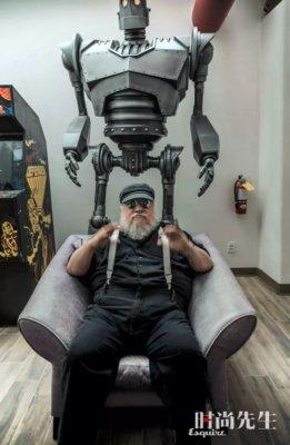 Джордж Р. Р. Мартин и робот в кинотеатре писателя