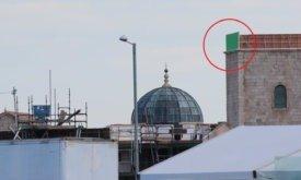 Вершина башни закрыта зеленым экраном, чтобы потом нарисовать там нечто на компьютере