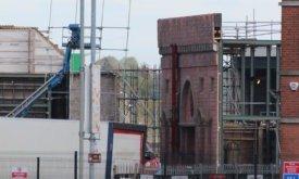 Вертикальные знамена Ланнистеров на стене Красного замка