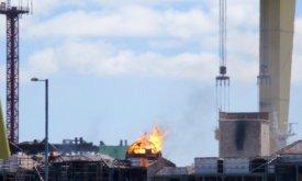 Огонь на куполе. Башня справа измазана сажей (22 июня 2018)