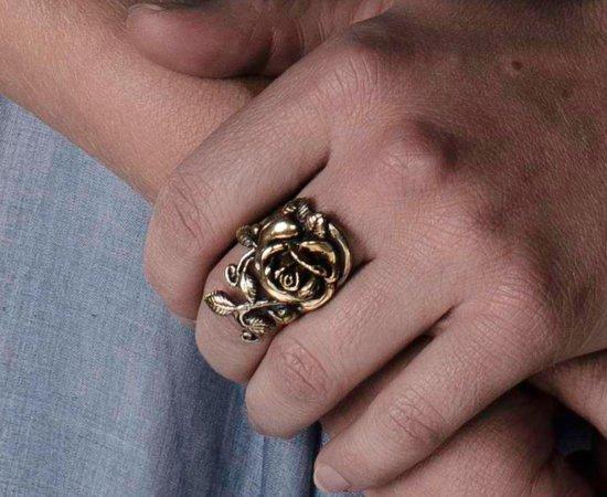 Золотое кольцо с розой, которое Маргери носит вплоть до ареста