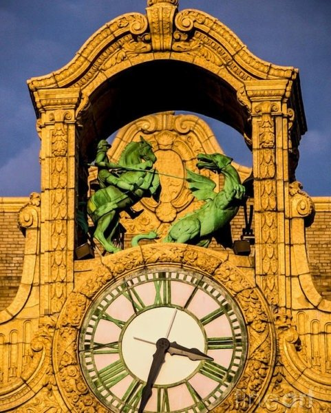 Театр Лёва, где проходила встреча, украшает скульптура Георгия Победоносца, убивающего дракона