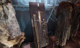 Длинный Коготь на выставке костюмов Игры престолов (вместе с кинжалом)