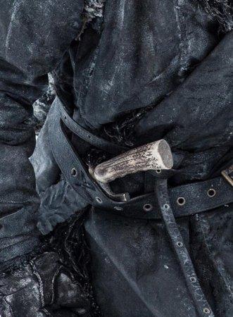 Кинжал из драконьего стекла у Джораха Мормонта
