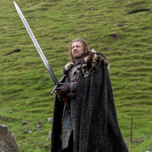 Эддард Старк со Льдом в руках; актер держит меч неправильно.