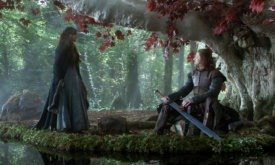 Эддард Старк чистит меч в богороще