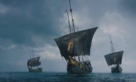 В это время три одиноких корабля плывут где-то в море. (Это не Молчаливый Эурона; возможно, корабль Теона?)