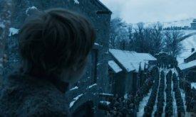 Винтерфелл ждет прибытия своего короля (бывшего) и королевы (действующей). Этот кадр с неизвестным мальчиком напоминает сцену прибытия Роберта Баратеона в первом сезоне.