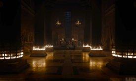Гарри Стрикленд (узнаваем по штанам) и Эурон Грейджой (в длинном плаще) перед Серсеей в совершенно пустом тронном зале