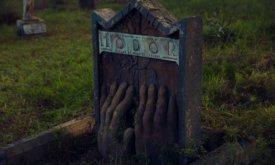 Могила Ходора, который придерживает дверь