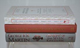 Корешки американской и британской версий книг, сверху издательская версия книги в мягком переплете без обложки