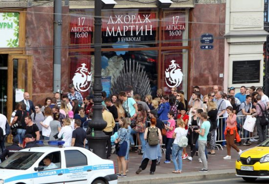 В Санкт-Петербурге очередь читателей выстроилась перед книжным магазином