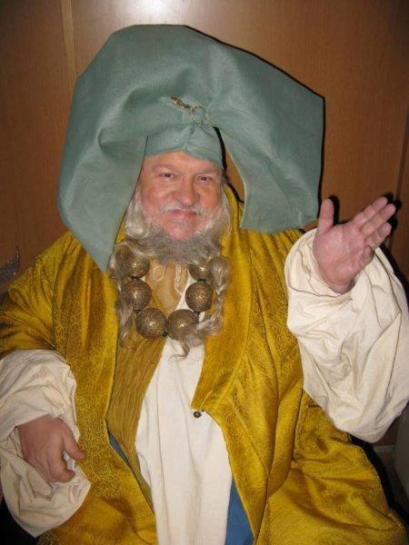 Джордж Мартин в Северной Ирландии примеряет костюм богатого пентошийца для роли-камео в пилотной серии «Игры престолов», 2009 г.