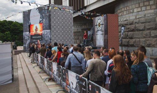 Пришедшие на фестиваль выстроились в очередь перед Железным троном