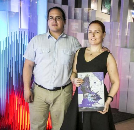 Элио и Линда с испанским изданием «Мира Льда и Пламени» в руках