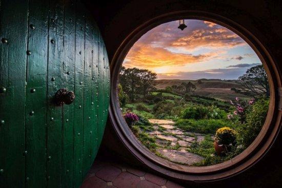 Дверь в другой мир (а на самом деле декорации Хоббитона в Новой Зеландии)