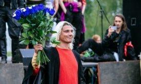 Рейгар с голубыми розами